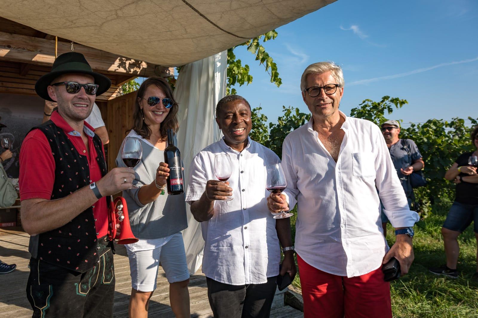 Weingartenwanderung 2020 - Weingut Silvia Heinrich - Gruppenbild Bürgermeister Manfred Kölly - Pfarrer Deutschkreutz - Silvia Heinrich